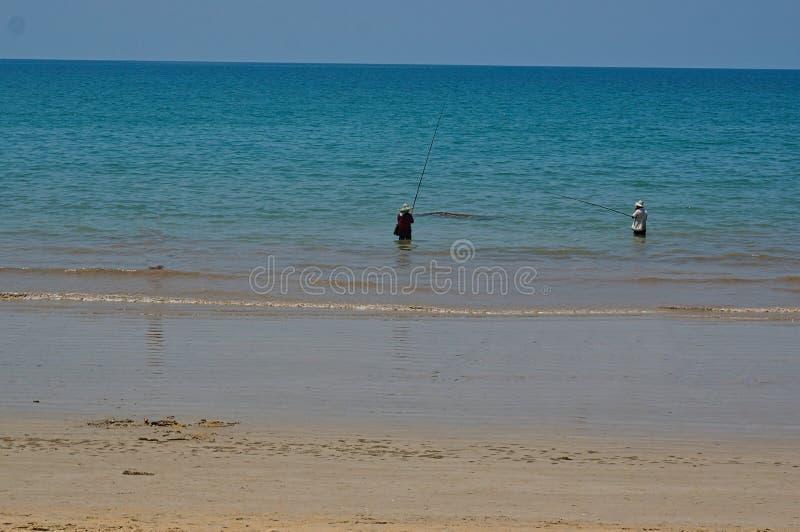 strand med något personer och blått hav arkivbild