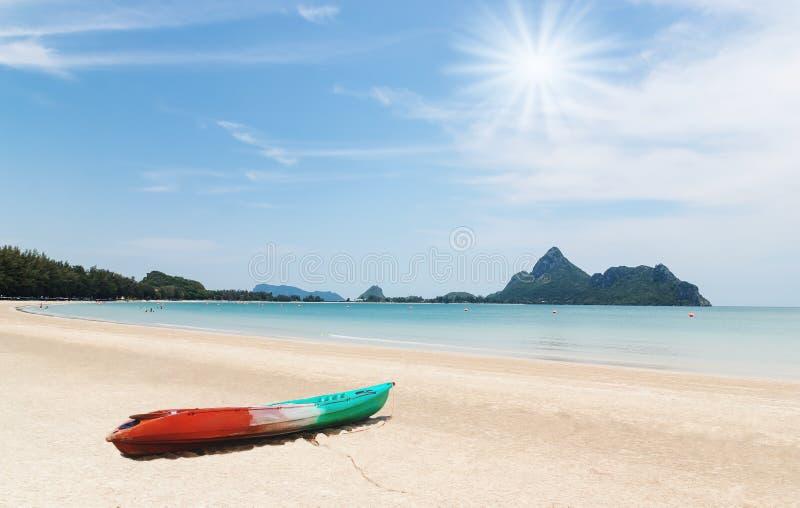 Strand med over solljus och fartyget royaltyfria bilder