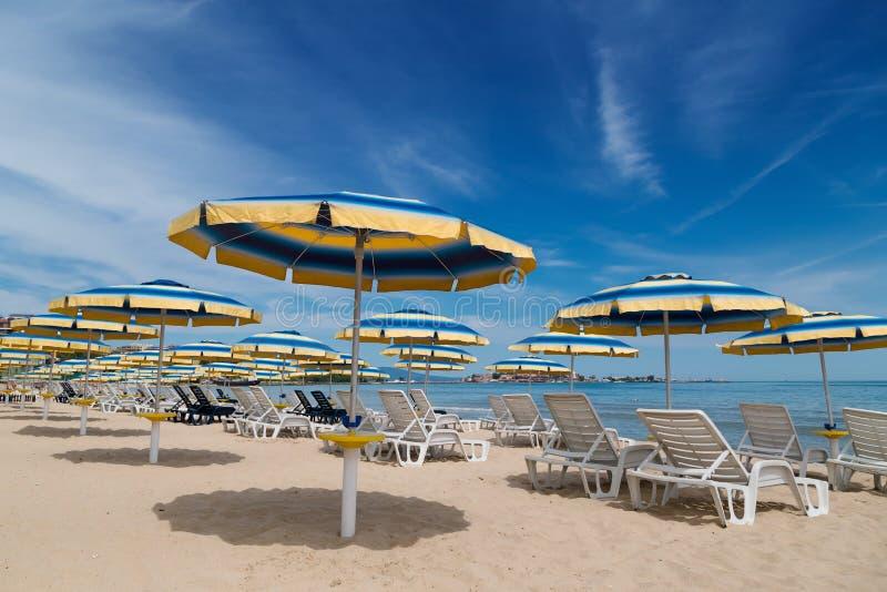 Strand med paraplyer i sommar royaltyfria foton