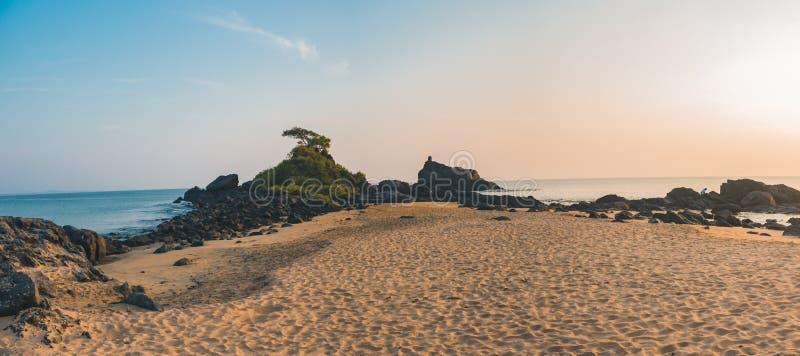 Strand med sanden royaltyfria bilder
