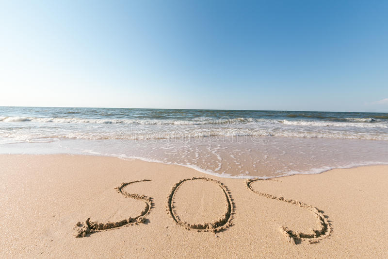 Strand med sandordet sos arkivbild