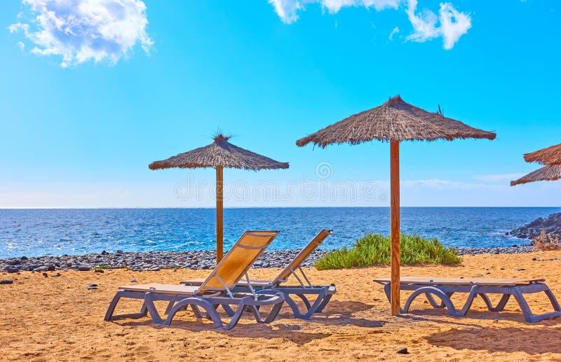 Strand am Meer an sonnigen Sommertagen lizenzfreies stockbild