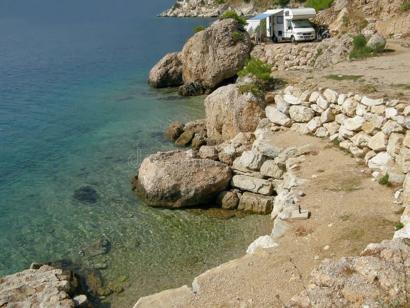 Strand, Meer und Wohnwagen für Wohnmobile stockbilder