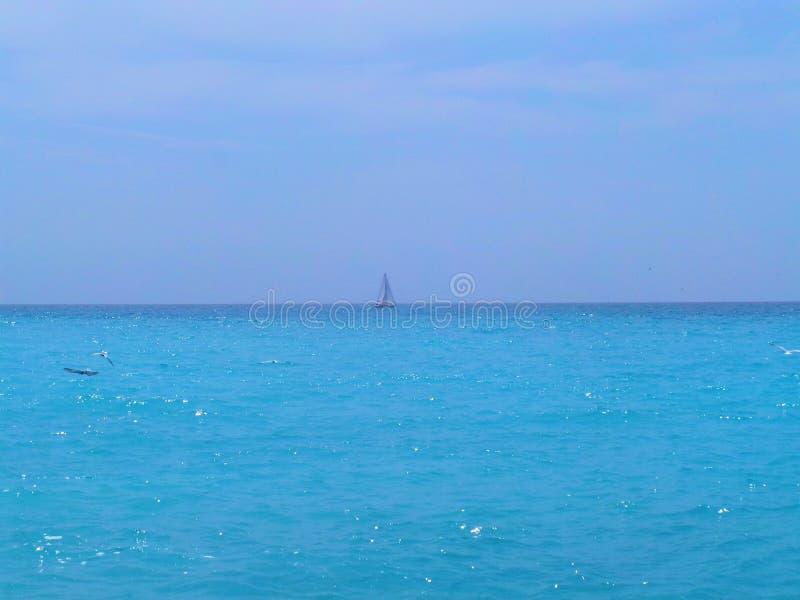 Strand-Meereswellensegelschiff Taubenschlages d Azur Frankreichs Nizza lizenzfreie stockfotografie