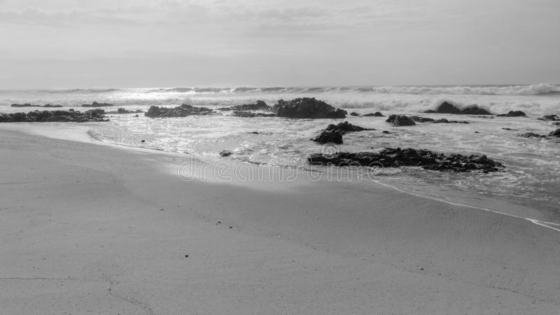 Strand-Meereswogen Rocky Coastline Black White lizenzfreies stockbild