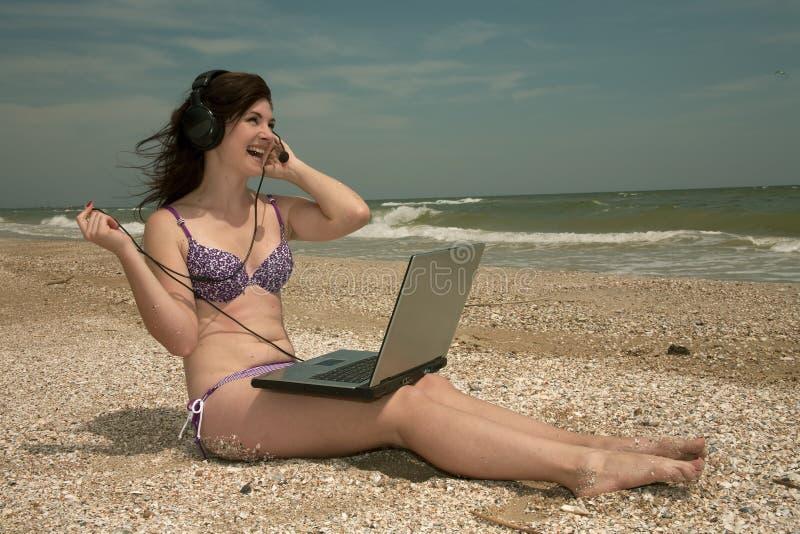 Strand, meisje & laptop stock fotografie