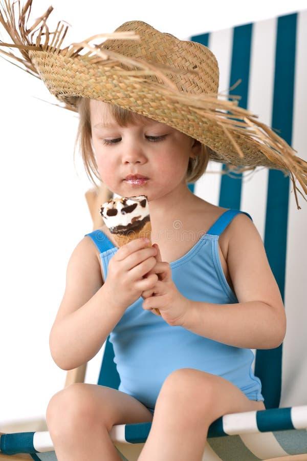 Strand - Meisje op deckchair met roomijs stock afbeeldingen