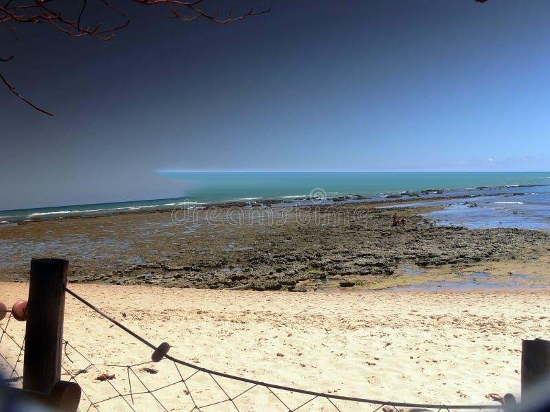 Strand met blauwe oceaan royalty-vrije stock fotografie