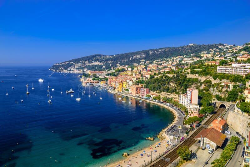 Strand met boten Beausoleil, Nice, Nizza, Alpes Maritimes, Provence-Alpes-Kooi D 'Azur, Kooi D 'Azur, Franse Riviera, Frankrijk stock afbeelding