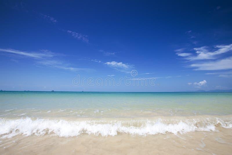 strand met duidelijke blauwe hemel royalty-vrije stock foto