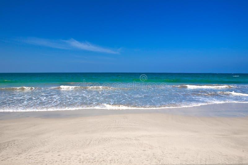 Strand met glasheldere blauwe wateren royalty-vrije stock afbeeldingen