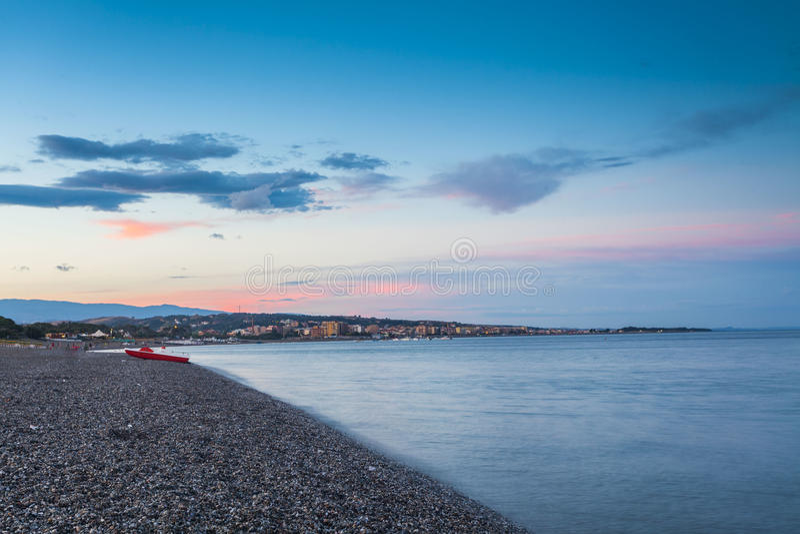 Strand met mening aan Catanzaro Lido stock fotografie