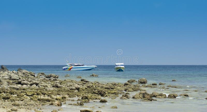 Strand met motorboot in Koh Larn, Pattaya Thailand royalty-vrije stock fotografie