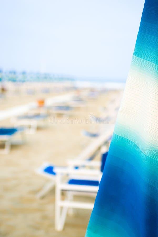 Strand met paraplu's en sunbeds stock foto