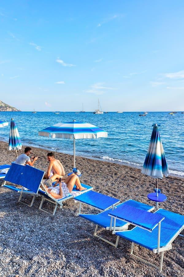 Strand met paraplu's in Positano-stad in Thyrreense Zee stock afbeelding