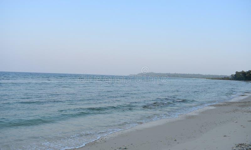 Strand met rivierpunt stock afbeelding