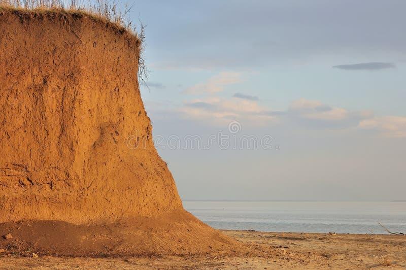 Strand met rotsen stock afbeelding