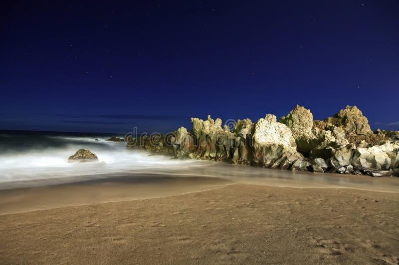 Strand met rotsen royalty-vrije stock fotografie