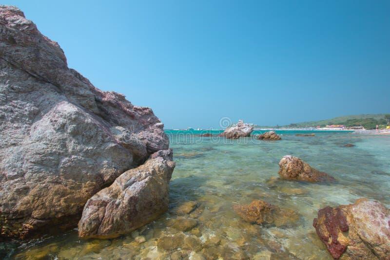 Strand met rotsen royalty-vrije stock afbeeldingen