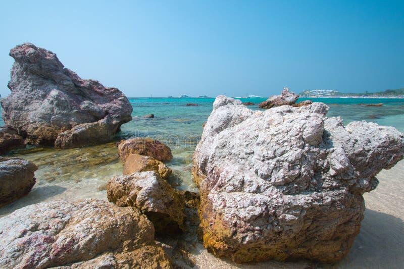Strand met rotsen royalty-vrije stock foto's