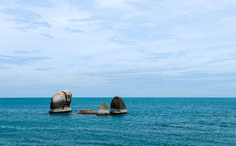 Strand met rotsen in overzees bij aantrekkelijkheid in Samui-Eiland, Thailand stock fotografie