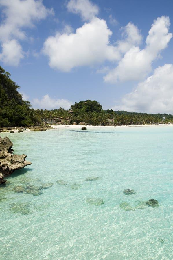 Strand met rotsen in water royalty-vrije stock afbeelding