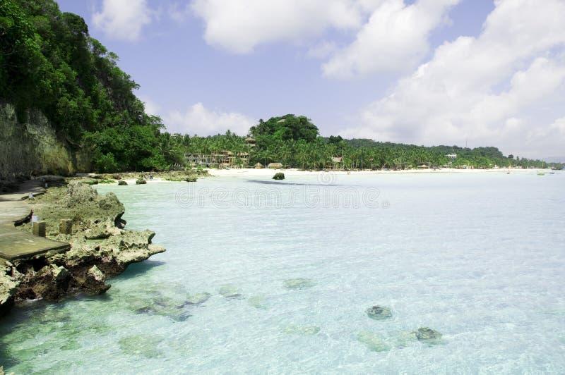 Strand met rotsen in water royalty-vrije stock afbeeldingen