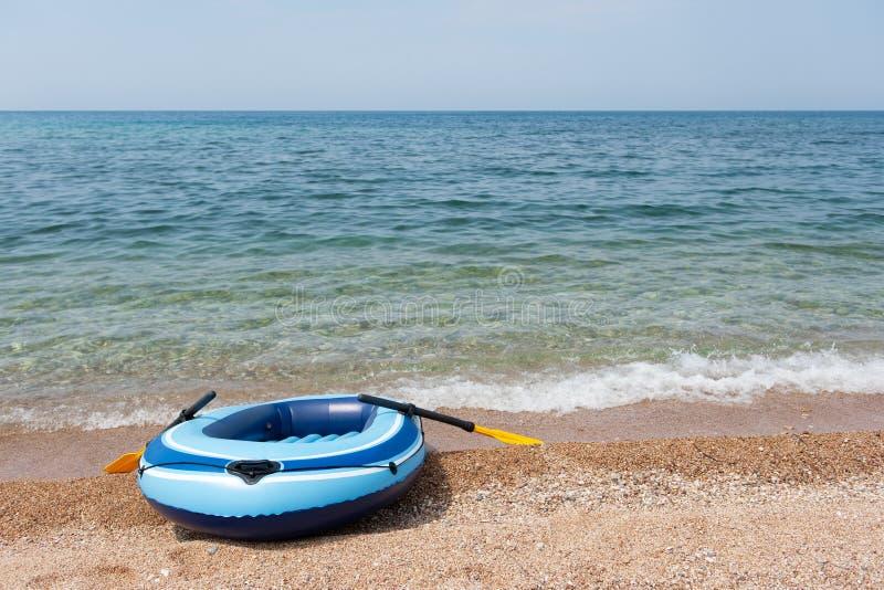 Strand met rubberboot royalty-vrije stock afbeeldingen