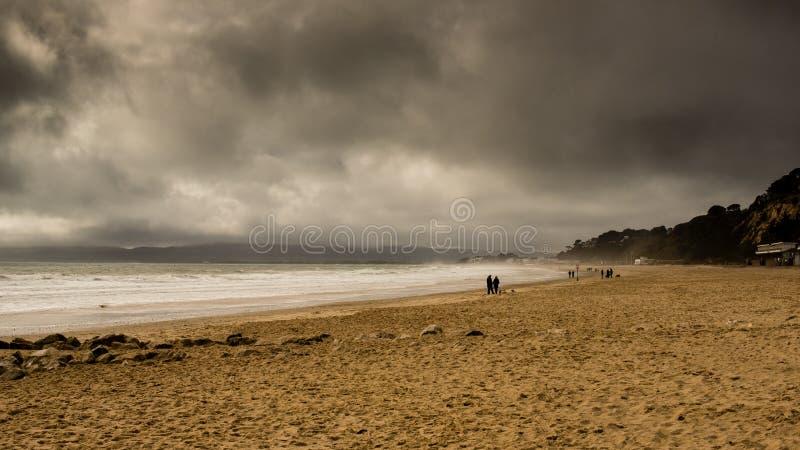 Strand met stormachtige wolken stock fotografie