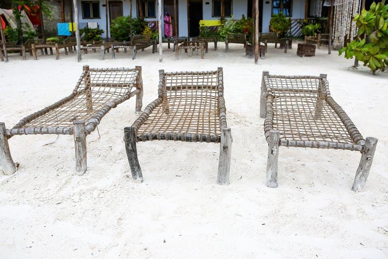 Strand met zonlanterfanters en een plaats voor rust bij zonsondergang Een beauti stock afbeeldingen