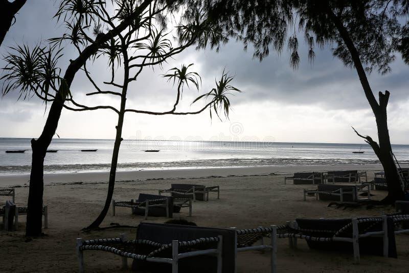 Strand met zonlanterfanters en een plaats voor rust bij zonsondergang Een beauti stock afbeelding