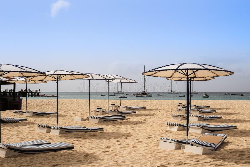 Strand met zonparaplu's en bedden royalty-vrije stock afbeelding