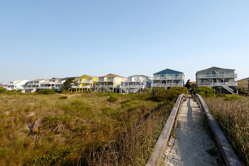 Strand Miet-cotages auf den grünen Sanddünen lizenzfreie stockbilder