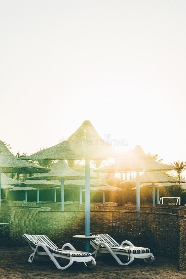 Strand mit Betten 6 08 19 Ägypten stockfotografie