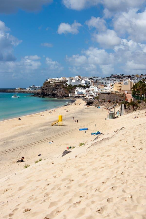 Strand mit einer Ansicht über das morro jable lizenzfreies stockfoto