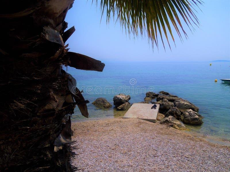 Strand mit Felsen stockfotografie