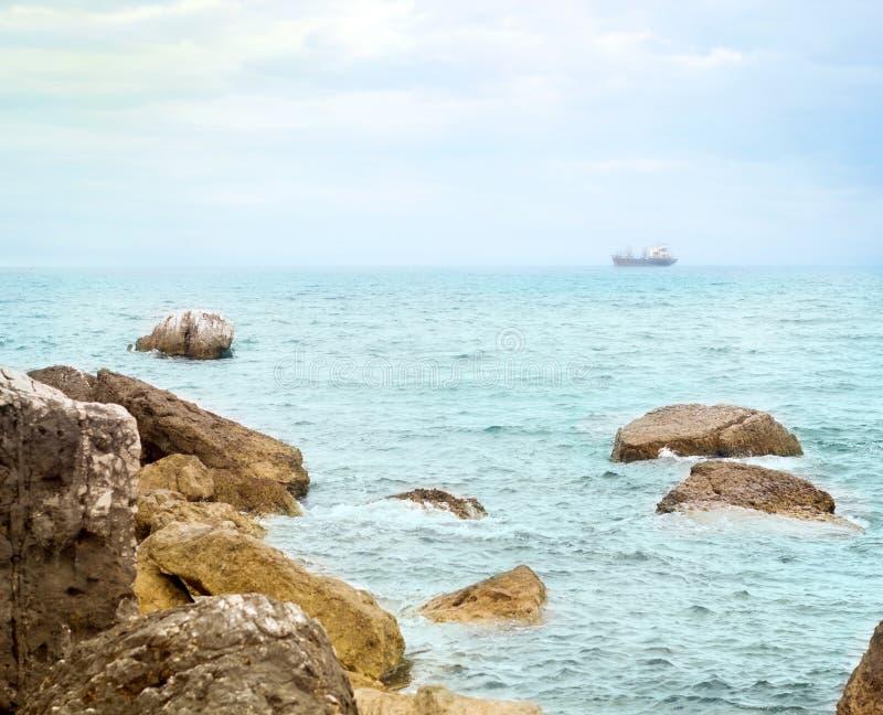 Strand mit Felsen in Montenegro, Sutomore lizenzfreie stockfotos