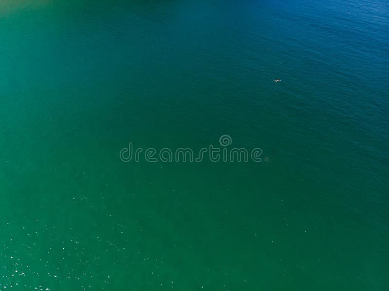 Strand mit Kristall - freies Wasser stockfotografie