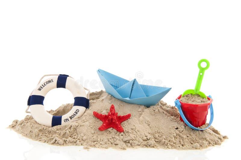 Strand mit Lebenboje und -spielwaren lizenzfreie stockbilder