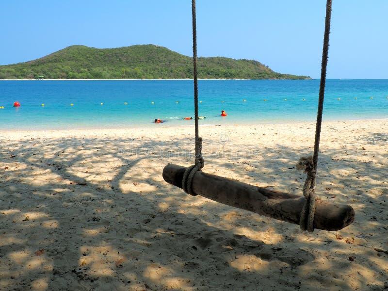 Strand mit Meer, Berg, Sanden und Schwingen im sonnigen Foto Reisender sind im Urlaub im Ozean glücklich Es ist Insel Samae San lizenzfreie stockbilder