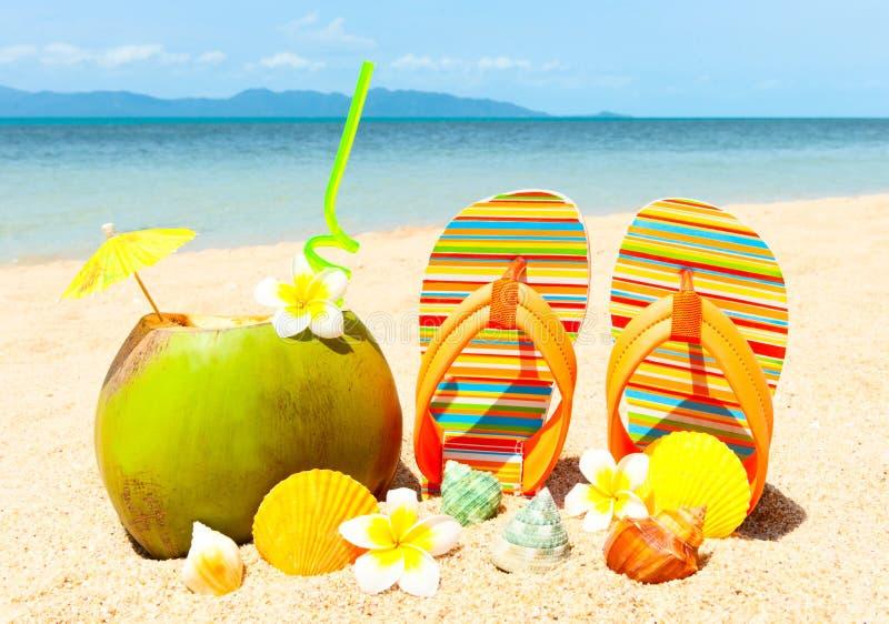 Strand mit Palme und und exotischem coctail stockbild