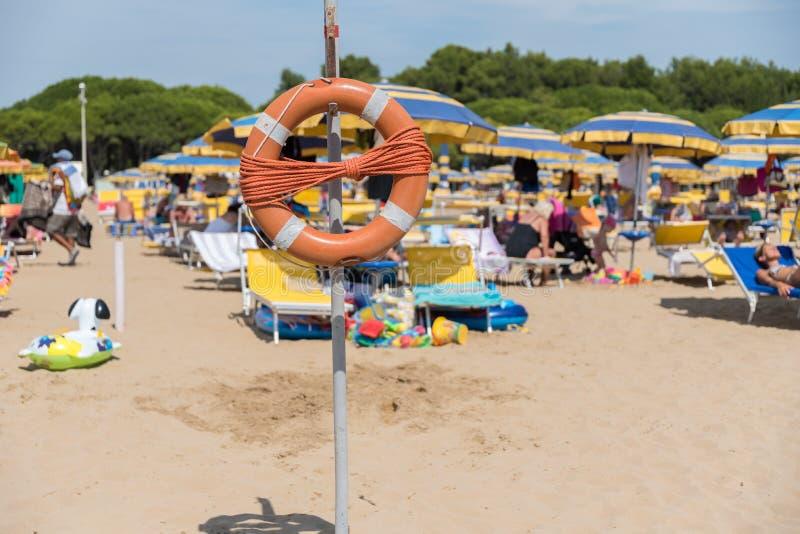 Strand mit Rettungsreifen lizenzfreies stockbild