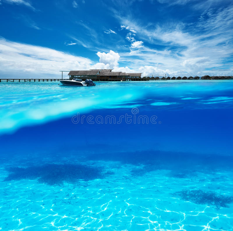 Strand mit Unterwasseransicht der weißen Sandunterseite lizenzfreies stockfoto