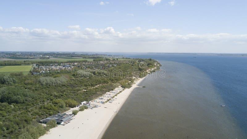 Strand närliggande Rockanje i Nederländerna arkivbild