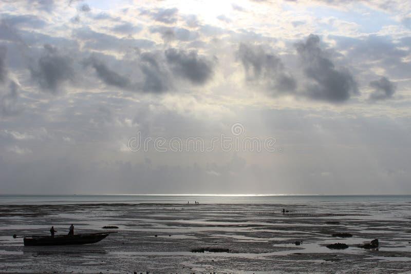 Strand na een onweer stock fotografie