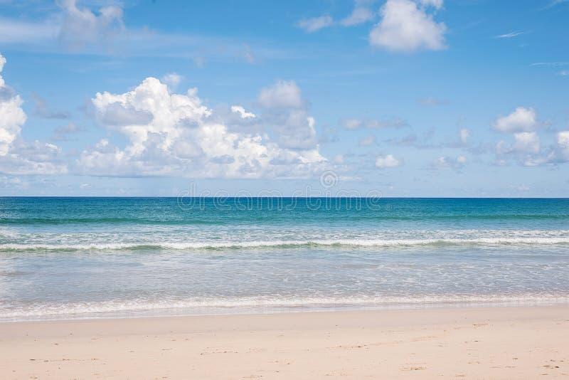 Strand och blått hav royaltyfri fotografi