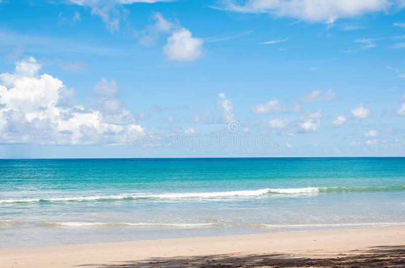 Strand och blått hav royaltyfria foton