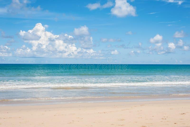 Strand och blått hav royaltyfria bilder