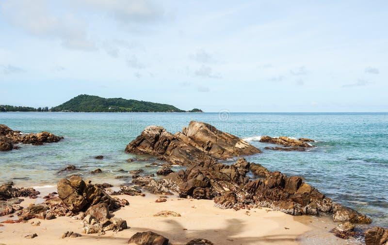 Strand och blått hav royaltyfri bild