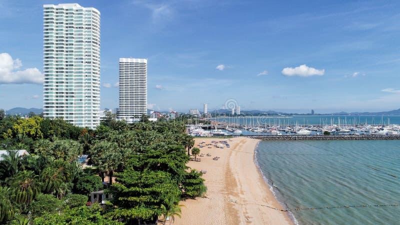 Strand och blått hav med byggnader Semesterort och blå himmel natur a royaltyfria foton